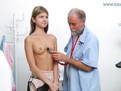 Тощая русская девочка дрочит писечку на приеме у гинеколога