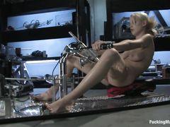 Мощная секс машина трахает блондинку с красивыми сиськами