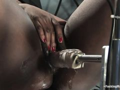 Независимая негритянка мастурбировала и испытала оргазм от секс машины