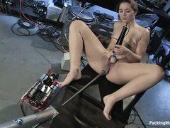 Девочка дрочит клитор вибратором пока секс машина трахает ее в пизду