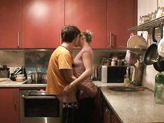 Присланная видеозапись с реальным сексом молодой парочки на кухне