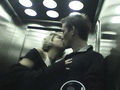 Чешская девушка в колготках сосет в лифте и трахается на кухне с парнем