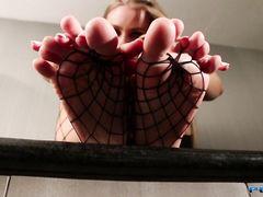 Доминирующая девушка в чулках в сеточку наслаждается фут фетишем