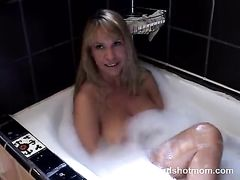 Большегрудая мама друга трахается в ванной с красавчиком