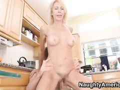 Юный ловелас и зрелая мама друга занялись сексом на кухне