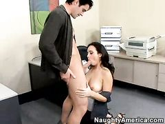 Во время корпоративной вечеринки начальник на столе отымел новую секретаршу