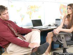 Грудастая секретарша занялась сексом на работе со своим боссом