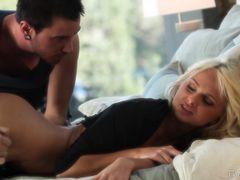Иностранный парень занялся красивым сексом с сонной украинской девушкой