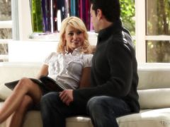 Привлекательный парень красиво трахает на диване возбужденную блондинку
