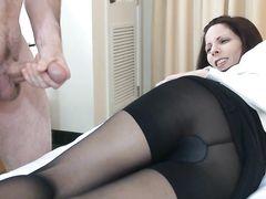 Голый муж дрочит член на свою жену и кончает ей на ножки в колготках