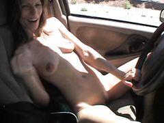 Очень худая жена мастурбирует в машине перед любимым мужем