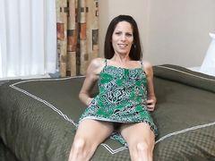 Худышка жена мастурбирует свою щелку на глазах любимого мужа