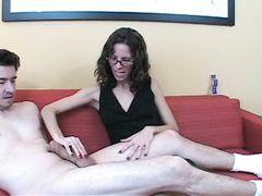 Хорошая жена дрочит в очках член своего любимого мужа во время месячных