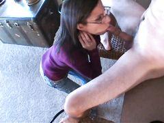 Модная жена в очках нежно сосет член возбужденного мужа