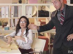 Секретарша трахается на работе с милым сотрудником офиса
