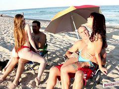 Юные развратницы познакомились на пляже с парнями ради групповухи