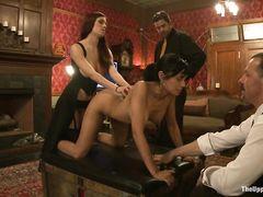 Госпожа со страпоном и ее помощники трахаются на вечеринке рабыню