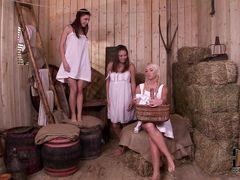 Деревенские девушки занялись групповым оральным сексом на сеновале с пастухом