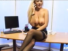 Сексуальная блондинка в чулках раздевается в офисе