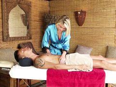 Миниатюрная блондинка делает массаж и сосет член узкоглазого клиента