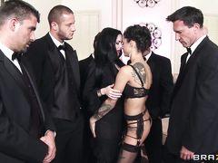 Хозяйственные девушки занялись групповым сексом на вечеринке