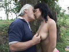 Сексапильная молодая трахается со стариком просто в лесу