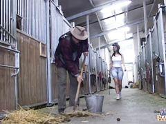 Пожилой фермер на сеновале чпокает деревенскую давалку