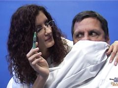 Зрелый больной трахает медсестру с тонкой талией после чудо укола