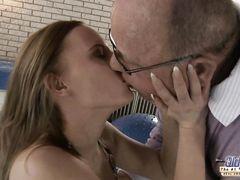 Обрюзглый очкастый старик трахает молодую сексуальную девчонку