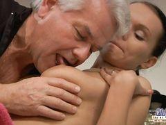Изумительная брюнетка занялась страстным аналом со стариком