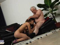 Пузатый старый дедушка трахает молодую кудрявую брюнетку