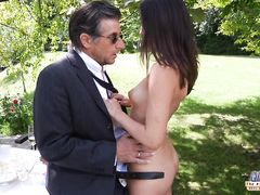Легкомысленная молодая девушка трахается в саду со старым богатым мужиком