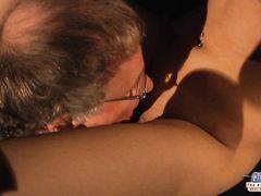 Очкастый пожилой мужик трахает молоденькую брюнетку с красивым телом