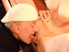 Старик с большим наслаждением вылизывает сладкую письку юной официантке