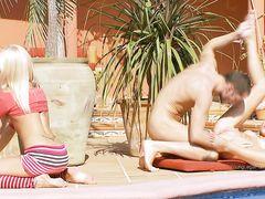Везучий русский парень трахается с тремя девушками у бассейна
