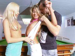 Две малышки и ебарь занимаются сексом на бильярдном столе