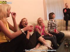 Голые русские студентки целуются на закрытой секс вечеринке