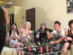 Пьянка русских студентов постепенно превращается в оргию