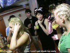 Озабоченные русские студенты трахаются просто посреди вечеринки