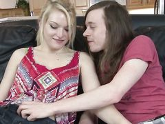 Длинноволосый брат делает куннилингус сестре перед сексом на диване
