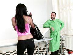 Необычный прием у гинеколога превратился в сексуальную игру