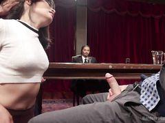 Писательница феминистка выебана во все дырки на мужском собрании