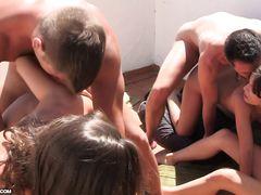 Распутные курские студенты устроили групповой секс на пляже