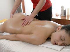Опытный русский массажист трахнул на массаже 18-летнюю клиентку