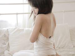 Улыбчивая 18-летняя азиатка мастурбирует писечку пальцами
