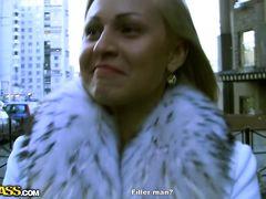 Хорошенькая русская блондинка взяла деньги за секс с пикапером