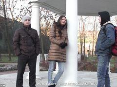Легкодоступная русская девка повелась на секс за деньги с двумя парнями