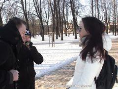 Парочка русских пикаперов заплатил и трахнули легкодоступную брюнетку