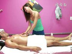 Эротический массаж азиатки закончился сексом с клиентом