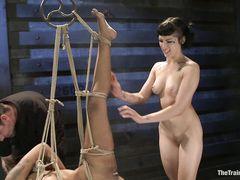 Грубые мучители трахают мулатку подвешенную на веревках